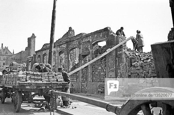 Beseitigung der Trümmer und Bergung von Baumaterialien  1947  Katharinenstraße  Leipzig  Sachsen  DDR  Deutschland  Europa