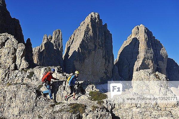 Wanderer beim Aufstieg zum Paternkofel mit Blick auf Drei Zinnen  Sextener Dolomiten  Hochpustertal  Südtirol  Italien  Europa