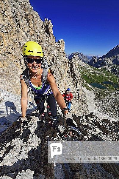 Wanderer beim Aufstieg auf den Paternkofel  Klettersteig  Bödenseen  Sextener Dolomiten  Hochpustertal  Südtirol  Italien  Europa