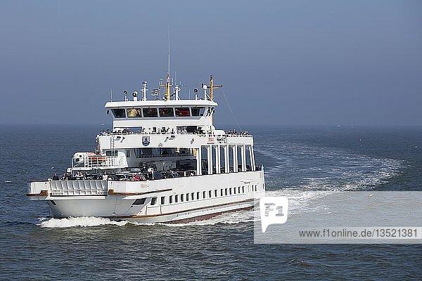 Fährschiff zwischen Norden-Norddeich und Insel Norderney  Ostfriesland  Niedersachsen  Deutschland  Europa