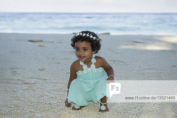 Kleines maledivisches Mädchen am Sandstrand,  Fuvahmulah Island,  Malediven,  Asien