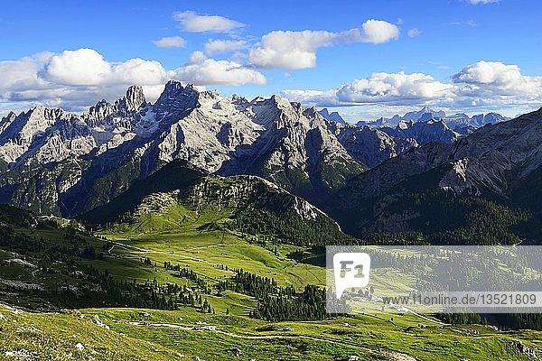 Blick vom Dürrenstein auf die Plätzwiese und den Gipfel des Monte Cristallo  Sextener Dolomiten  Hochpustertal  Südtirol  Italien  Europa