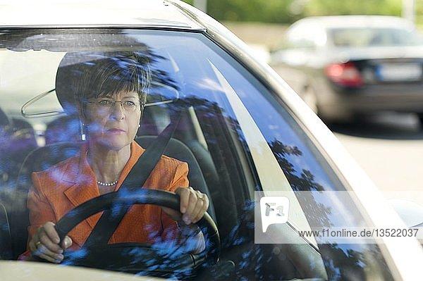 Autofahrerin am Steuer eines PKW