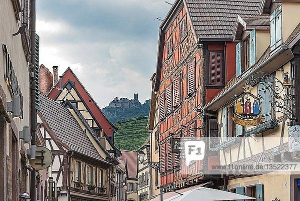 Alte Fachwerkhäuser mit Schloss  Ribeauville  Elsass  Frankreich  Europa