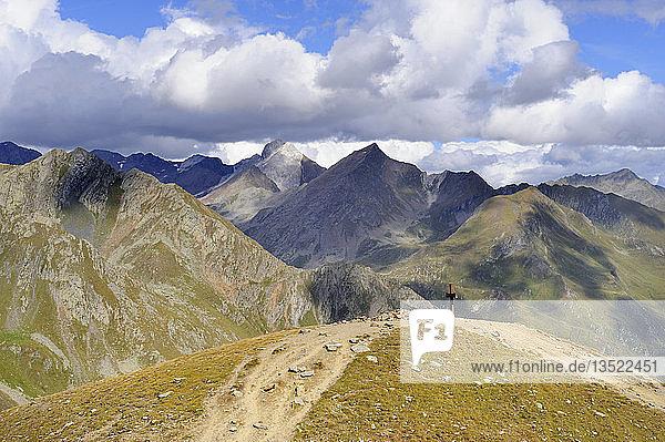 Gipfelkreuz am Timmelsjoch Passkamm  dahinter die Stubaier Alpen  Ötztal  Tirol  Republik Österreich  Europa