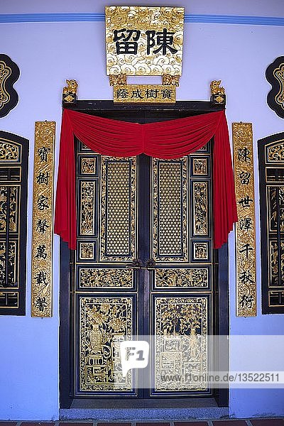 Prachtvolle Tür am chinesichen Shrine of the Serene Light  Sangtham Shrine  Phuket  Thailand  Asien