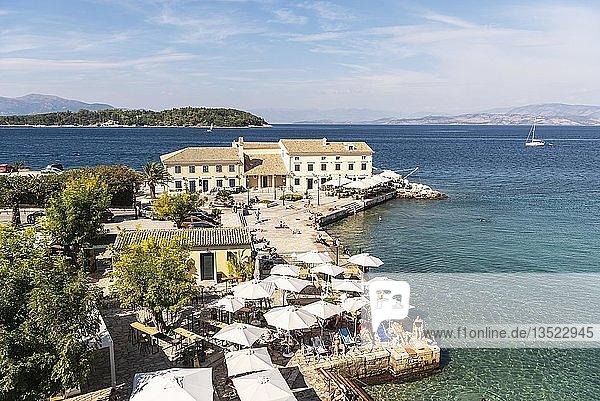 Faliraki Bad  Bucht  Restaurant  dahinter die Insel Vido und Albanien  Kerkyra  Insel Korfu  Ionische Inseln  Griechenland  Europa