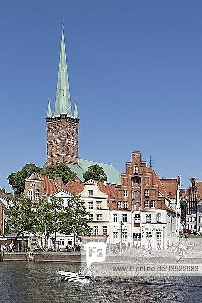 Petrikirche  Boot auf Obertrave  Lübeck  Schleswig-Holstein  Deutschland  Europa