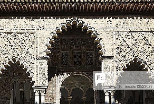 Künstlerische maurische Fassade im Patio de Las Doncellas  Hof der Mädchen  Alcazar von Sevilla  Sevilla-Provinz  Andalusien  Spanien  Europa