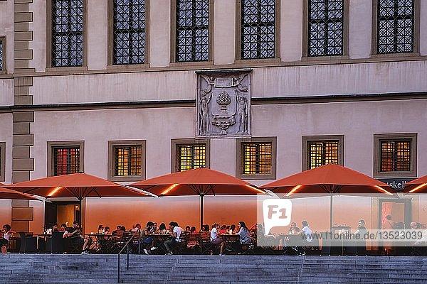 Gaststätte  Terrasse vom Ratskeller  Elias-Holl-Platz  Augsburg  Schwaben  Bayern  Deutschland  Europa