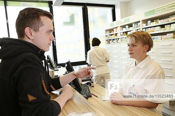 Kunde im Gespräch mit der Apothekerin in einer Apotheke  Tschechien  Europa