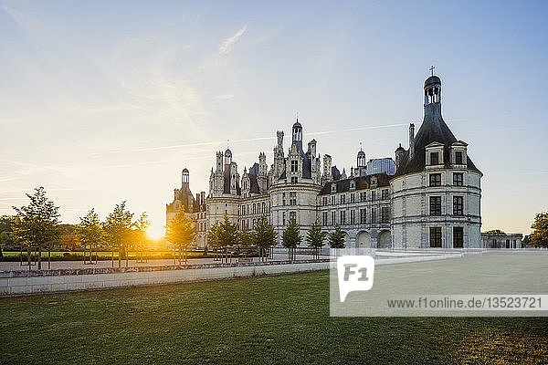 Schloss Chambord  Nordfassade  bei Sonnenaufgang  UNESCO-Weltkulturerbe  Loire  Department Loire et Cher  Region Centre  Frankreich  Europa