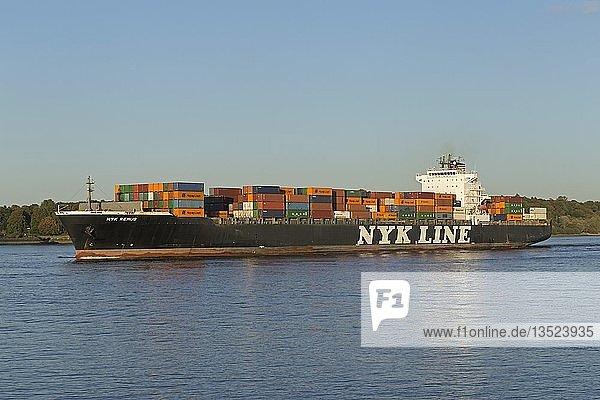 Containerschiff Nyk Line auf der Elbe  Finkenwerder  Hamburg  Deutschland  Europa
