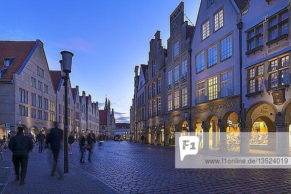 Historische Giebelhäuser in der Abenddämmerung  Prinzipalmarkt  Münster  Nordrhein-Westfalen  Deutschland  Europa