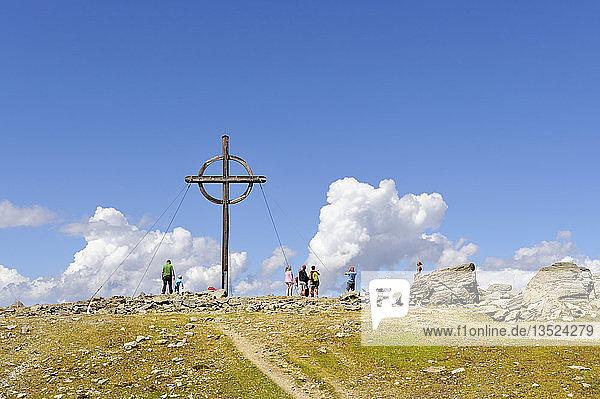 Gipfelkreuz mit Touristen auf dem 2248 m hohen Patscherkofel in den Tuxer Alpen  Tirol  Republik Österreich  Europa