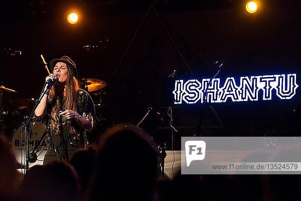 Die schweizer Singer und Songwriterin Ishantu live in der Schüür Luzern  Schweiz  Europa