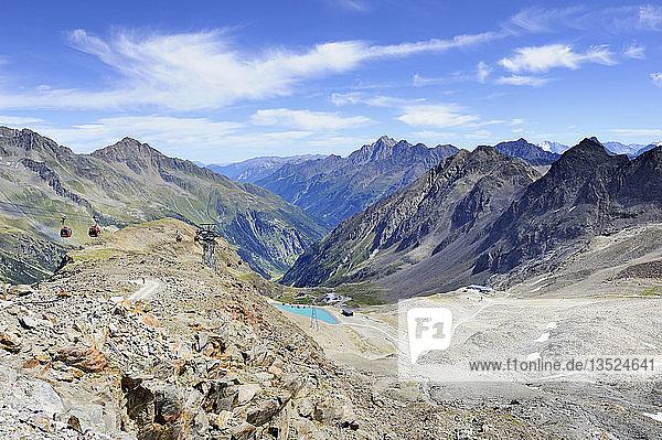 Blick von der Bergstation Eisgrat am Stubaier Gletscher hinab zur Bergstation Dresdner Hütte  Tirol  Republik Österreich  Europa