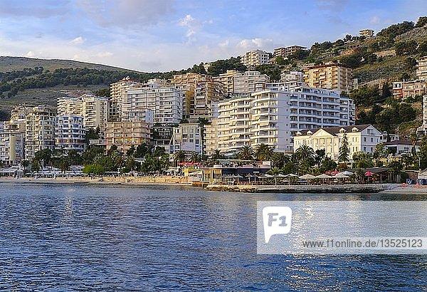 Strand und Strandpromenade  Saranda  Sarandë  Qark Vlora  Ionisches Meer  Albanien  Europa