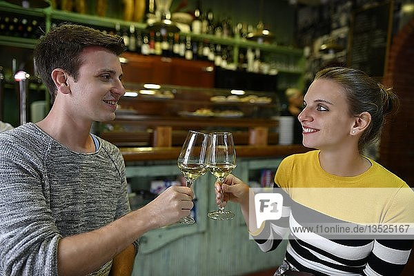 Junges Paar trinkt Wein in Tapas Bar  San Cristobal de La Laguna  Teneriffa  Kanarische Inseln  Spanien  Europa