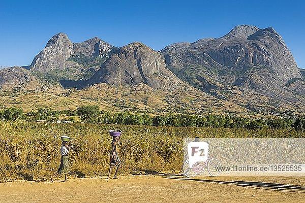 Einheimische auf der Straße vor dem Mount Mulanje  Malawi  Afrika