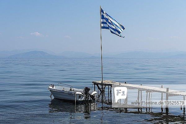Boot  Bootssteg  griechische Nationalflagge  Boukari  Insel Korfu  Ionische Inseln  Griechenland  Europa