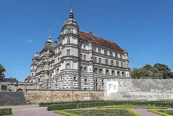 Schlosspark  Schloss  Renaissancebauwerk  Güstrow  Mecklenburg-Vorpommern  Deutschland  Europa