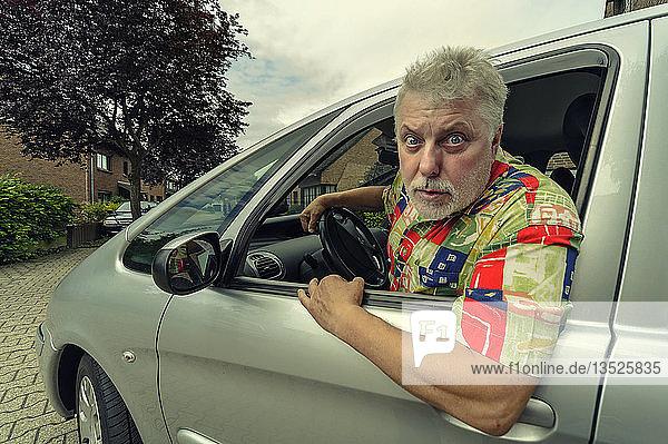 Autofahrer schaut wütend aus dem Autofenster  Grevenbroich  Rheinland  Nordrhein-Westfalen  Deutschland  Europa