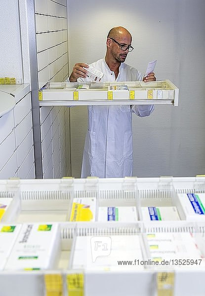 Apotheke  Apotheker sucht ein Medikament heraus  Deutschland  Europa