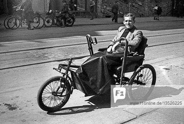 Der Fotograf Karl Heinz Mai im Rollstuhl  1946  Leipzig  Sachsen  DDR  Deutschland  Europa