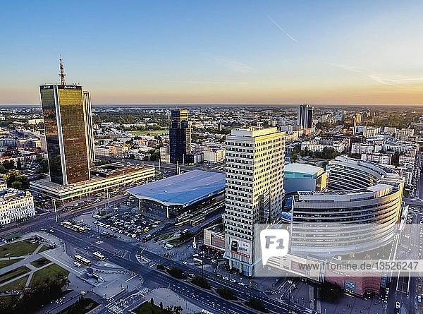 Wolkenkratzer im Warschauer Stadtzentrum bei Sonnenuntergang  Woiwodschaft Masowien  Polen  Europa