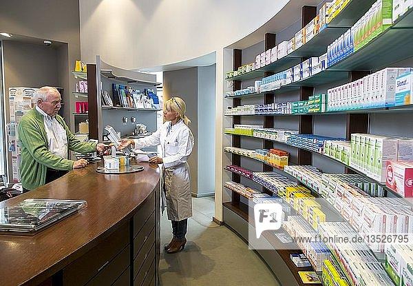 Apotheke  Apothekerin berät einen Kunden  der ein Medikament auf Rezept abholt  Deutschland  Europa