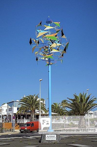El Robalo  buntes Windspiel designed von Cesar Manrique an der Promenade am Playa Matagorda  Puerto del Carmen  Lanzarote  Kanarische Inseln  Spanien  Europa
