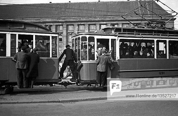 Trittbrettfahrer vor dem Hauptbahnhof  26.4.1947  Leipzig  Sachsen  DDR  Deutschland  Europa