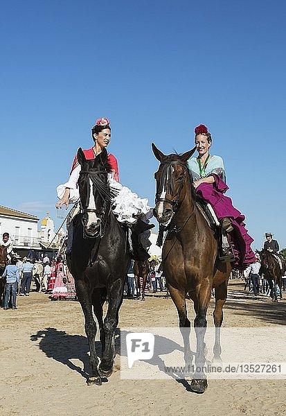 Reiterinnen in bunten Kleidern  Pfingsten  Wallfahrt von EL Rocio  Huelva-Provinz  Andalusien  Spanien  Europa