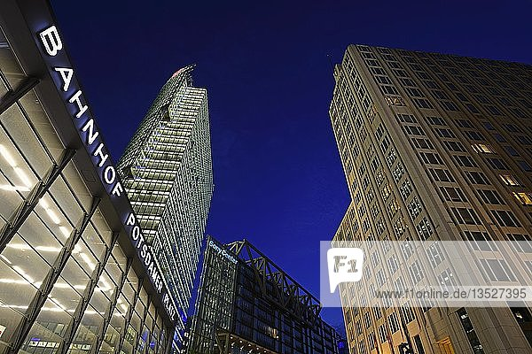 Bahnhofseingang Potsdamer Platz und Bahntower links und Beisheim-Center mit Ritz Carlton Hotel rechts  am Potsdamer Platz  abends  Mitte  Berlin  Berlin  Deutschland  Europa
