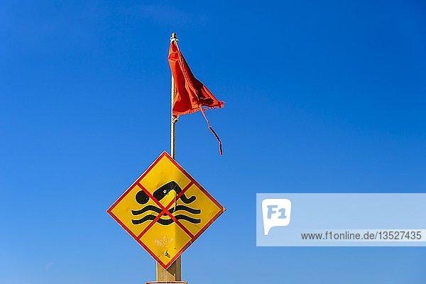 Badeverbotsschild mit roter Fahne vor blauem Himmel  Strand  Spanien  Europa