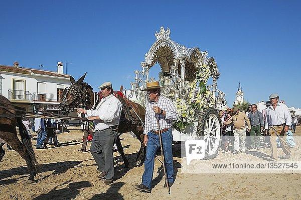Leute in traditioneller Kleidung mit verzierter Kutsche  Pfingsten  Wallfahrt von EL Rocio  Huelva-Provinz  Andalusien  Spanien  Europa