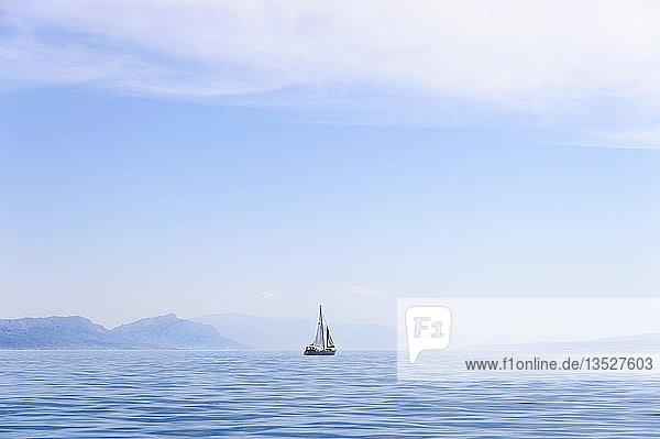 Einsame Segelyacht an der kroatischen Küste  Kroatien  Europa