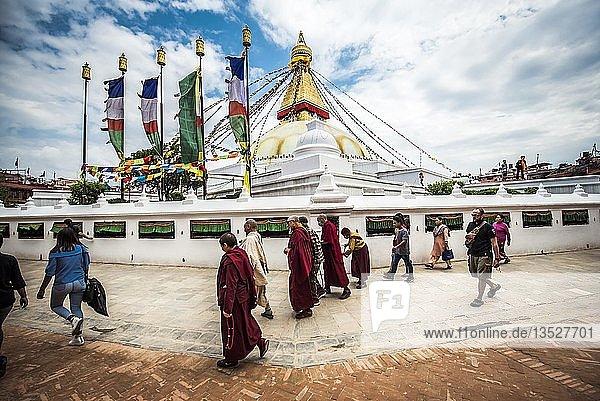 Boudhanath Stupa mit Gläubigen  Boudha  Kathmandu  Nepal  Asien