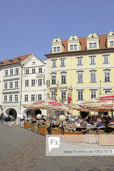 Straßencafe und historische Fassaden  Altstädter Ring  Altstadt  Prag  Boehmen  Tschechien  Europa