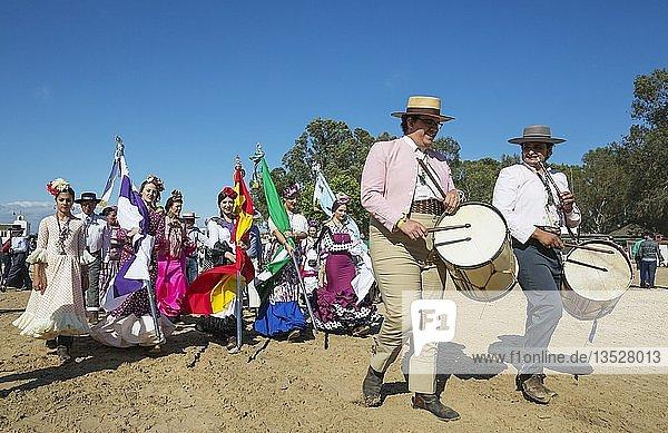 Musiker und junge Frauen in bunten Kleidern  Pfingsten  Wallfahrt von EL Rocio  Huelva-Provinz  Andalusien  Spanien  Europa