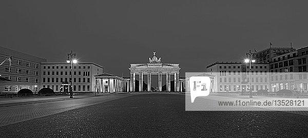 Morgen am Brandenburger Tor  Pariser Platz  Berlin  Deutschland  Europa