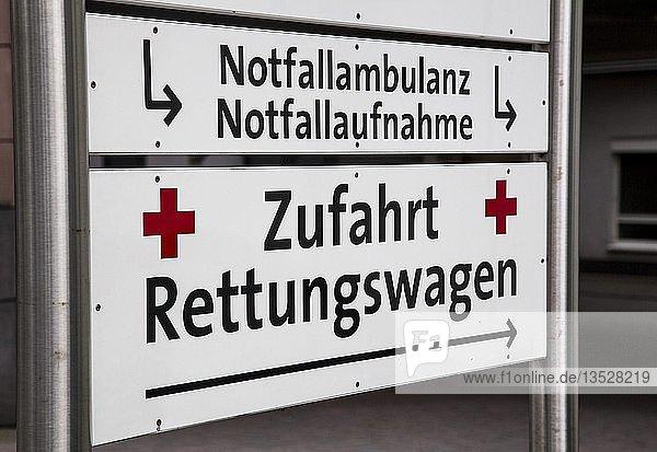 Hinweisschild  Rettungswagen an einer Klinik  Wegweiser zur Notfallambulanz  Notfallaufnahme  Deutschland  Europa