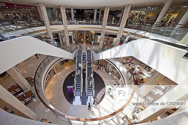 Kö-Galerie  Zentrale Kuppelhalle mit Rolltreppen  Einkaufzentrum  Düsseldorf  Nordrhein-Westfalen  Deutschland  Europa