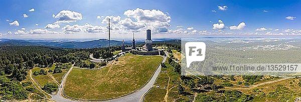 Panorama  Sendeturm des Hessischen Rundfunks und Aussichtsturm  Großer Feldberg  im Hintergrund Oberreifenberg  Taunus  Schmitten  Hessen  Deutschland  Europa