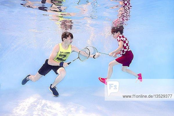 Zwei Jugendliche spielen Badminton unter Wasser  Ukraine  Europa