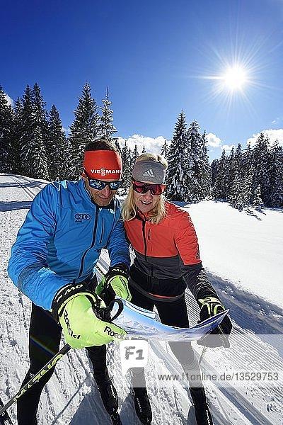 Olympia-Silbermedaillengewinner Tobi Angerer mit seiner Frau Romy auf der Langlauf-Loipe der Winklmoos-Alm  schauen in Landkarte  Reit im Winkl  Chiemgau  Bayern  Deutschland  Europa
