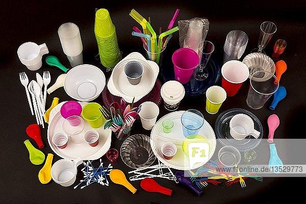 Einweggeschirr  Plastikbesteck  Plastikgeschirr  Plastik  Plastikbecher und andere Plastikabfälle  verschiedene Farben  Größen und Typen