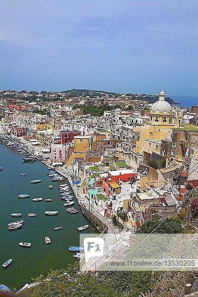 Blick auf idyllischen Fischerort Procida mit dem Fischerhafen Marina di Corricella und Kirche Chiesa della Madonna delle Grazie  Procida Golf von Neapel  Kampanien  Italien  Europa