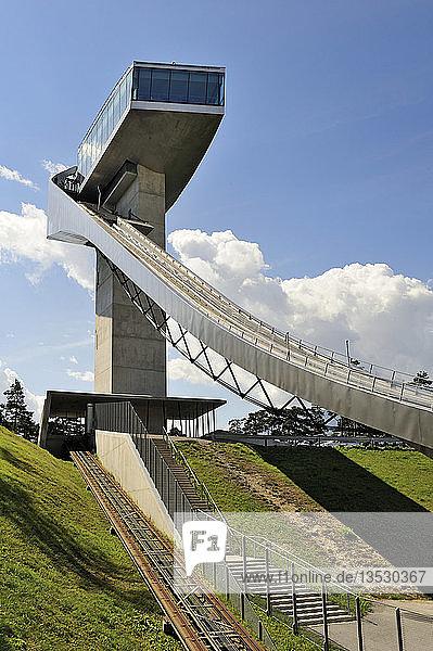 Der 50 Meter hohe Ski Sprungturm  genannt Bergiselschanze  oberhalb der Stadt Innsbruck  Tirol  Republik Österreich  Europa